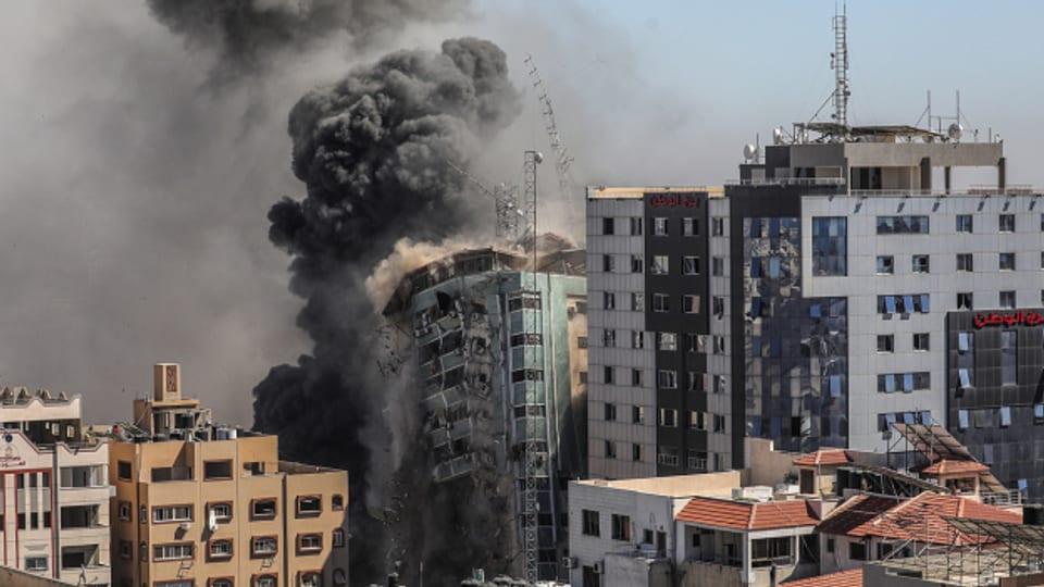 Die israelische Luftwaffe trifft in Gaza Stadt ein Gebäude, in dem auch Medienbüros untergebracht waren.