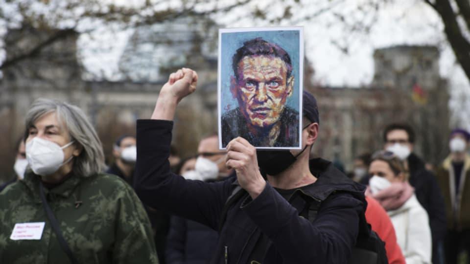 ussische Nawalny-Anhänger:innen: Bald können sie wohl nur noch im Ausland demonstrieren, wie hier in Berlin.