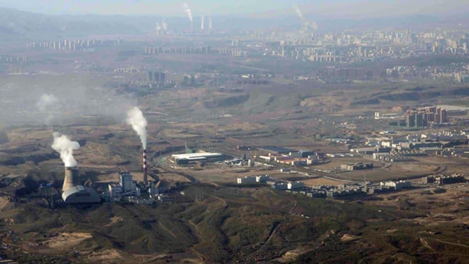 Rauch und Dampf steigen aus den Türmen des kohlebefeuerten Wärmekraftwerks Urumqi westchinesischen autonomen Region Xinjiang.