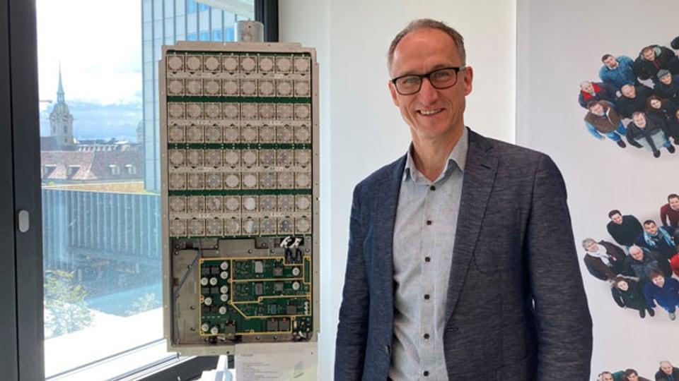Frank Henschke, Technischer Leiter bei Ericsson Schweiz, vor einem Antennenmast in der Stadt Bern.