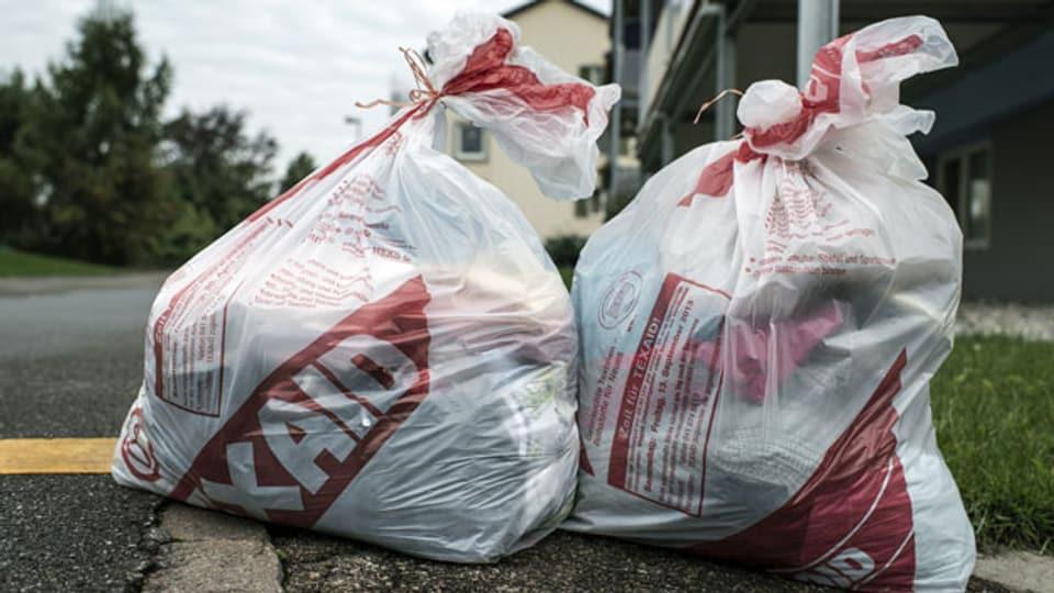 Mit alten Kleidern gefüllte Säcke der Altkleidersammlungsstelle Texaid stehen zur Abholung bereit.