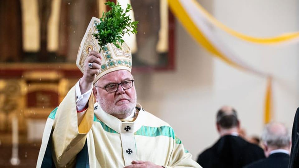 Kardinal Marx, Erzbischof von München und Freising, segnet im Gottesdienst in der Pfarrkirche St. Konrad die Gemeinde.