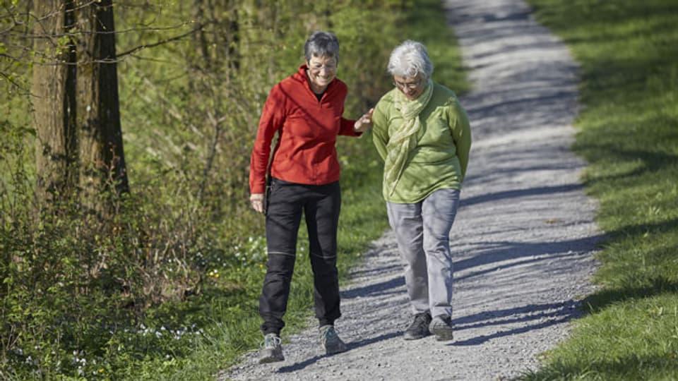 Gestellte Aufnahme: Zwei Frauen spazieren auf dem Sonnenberg, Kriens, im Kanton Luzern.