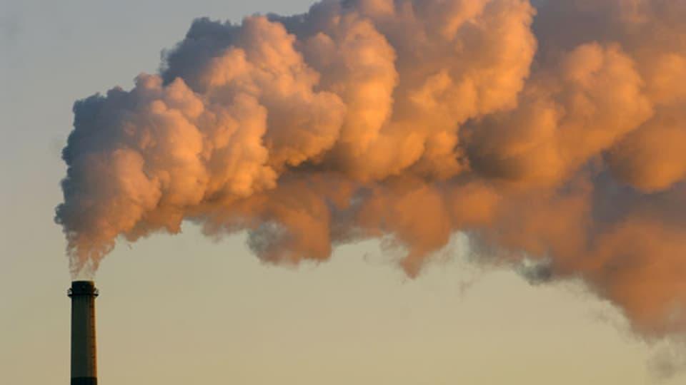 Symbolbild. Rauch steigt aus einem Schornstein eines Kohlekraftwerks.