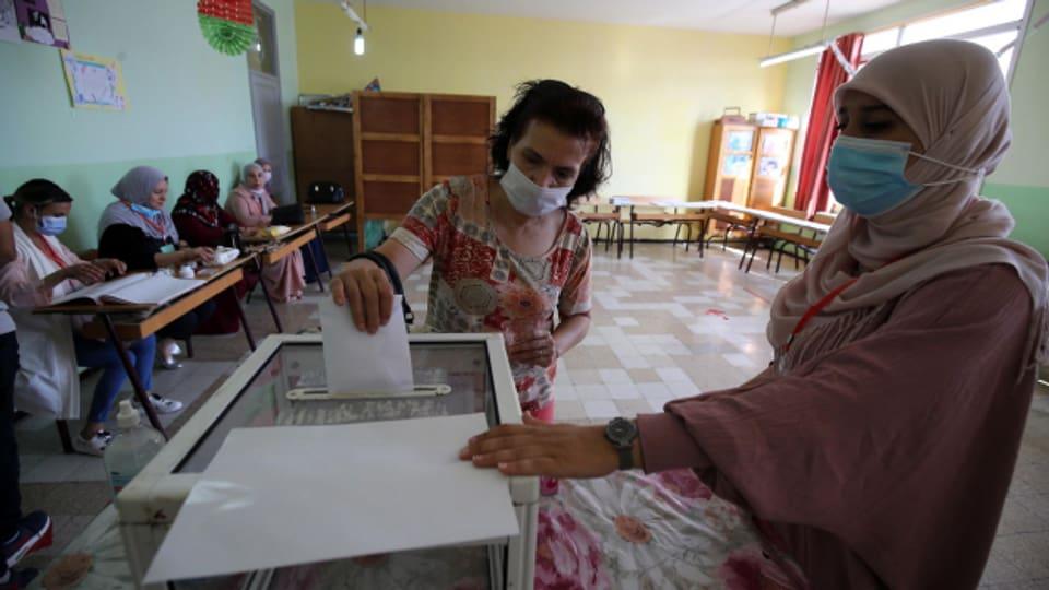 Eine Frau gibt in einem Stimmlokal in Algeriens Hauptstadt Algiers ihre Stimme ab, 12. Juni 2021.