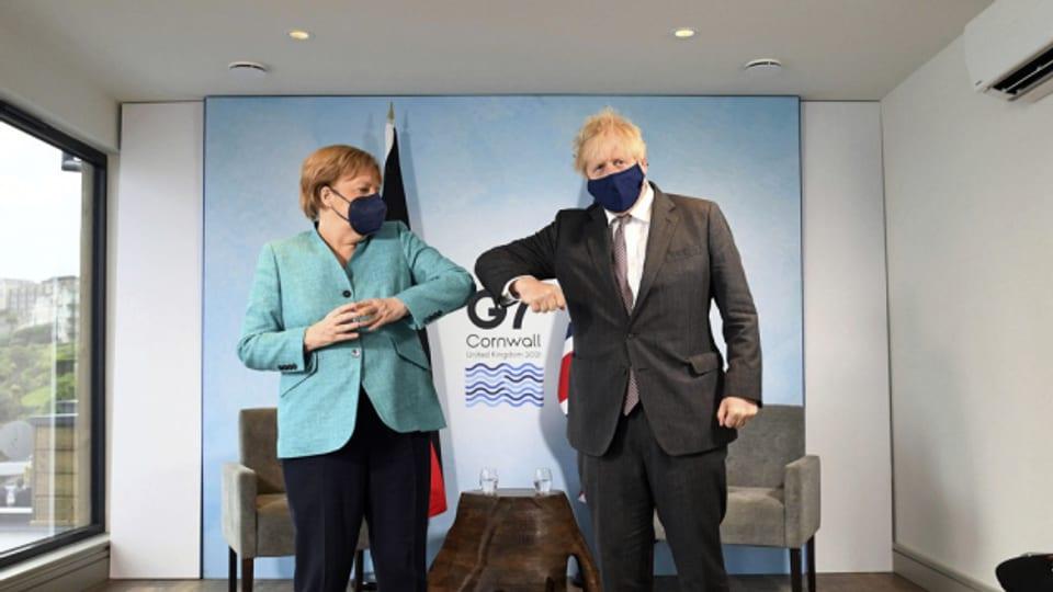 Der britische Premier Johnson und die deutsche Kanzlerin Merkel beim G7-Gipfel am 12. Juni 2021.
