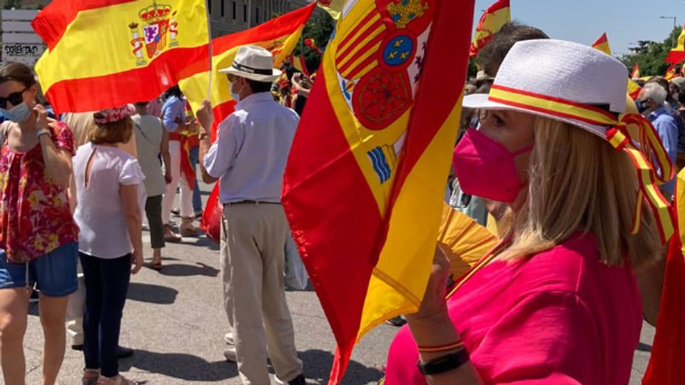 Auf der Plaza de Colón  ein rot-gelbes Meer aus Spanien-Fahnen.