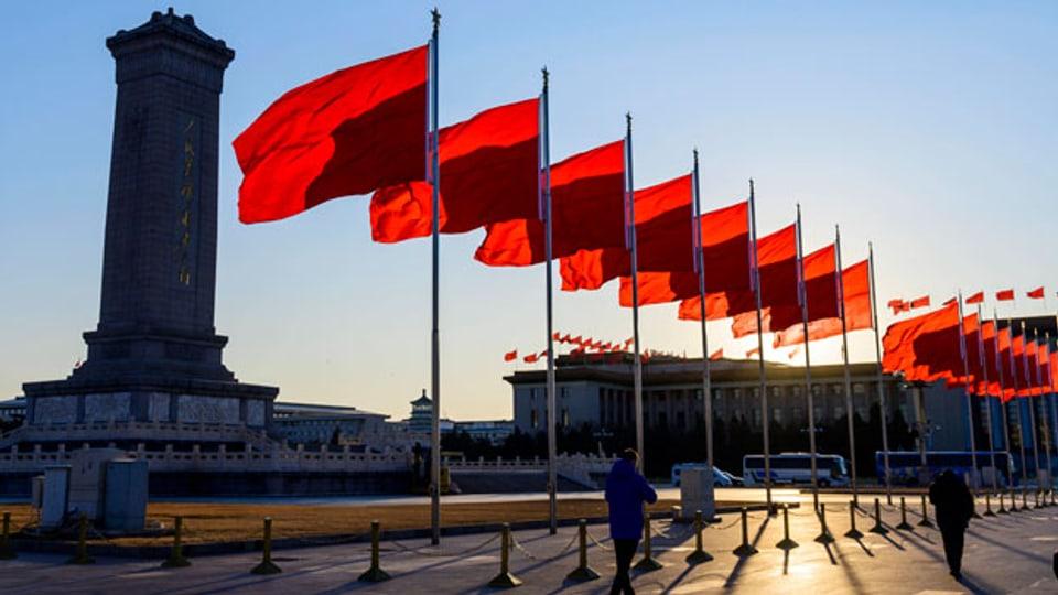 Fahnen flattern auf dem Tiananmen-Platz.