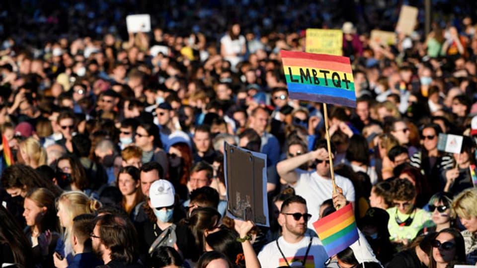 In Ungarn wird gegen das Gesetz von Viktor Orben demonstriert, Werbung für Homosexualität vor Kindern für pädophil erklärt.
