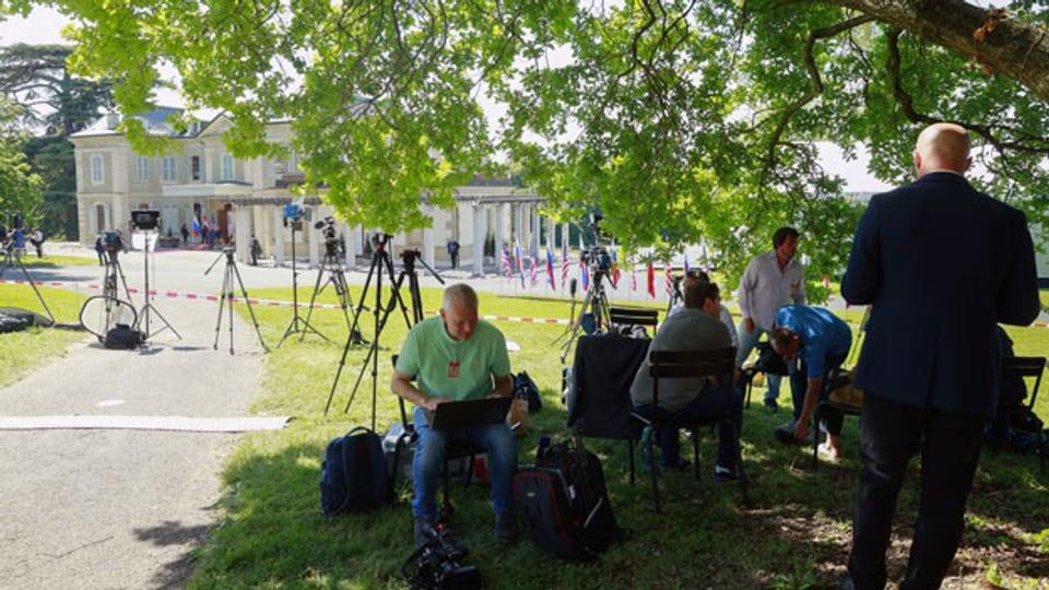 Medienvertreter warten vor der Villa La Grange während des US-Russland-Gipfels in Genf, Schweiz, Mittwoch, 16. Juni 2021.