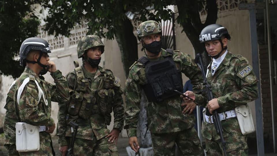 Soldaten stehen Wache in der Nähe einer Militärbasis, wo eine Autobombe explodierte in Cucuta, Kolumbien, Dienstag, 15. Juni 2021.