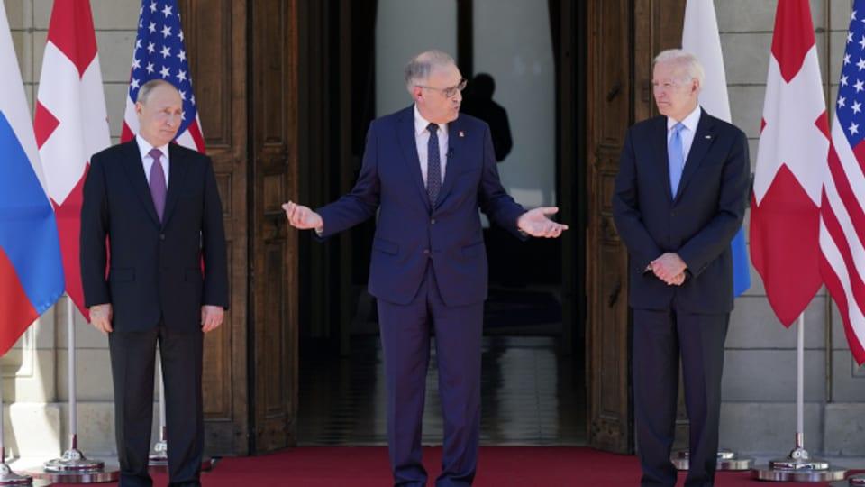 Bundespräsident Guy Parmelin begrüsst US-Präsident Joe Biden (rechts) und den russischen Präsident Wladimir Putin (links) vor der Villa La Grange in Genf.