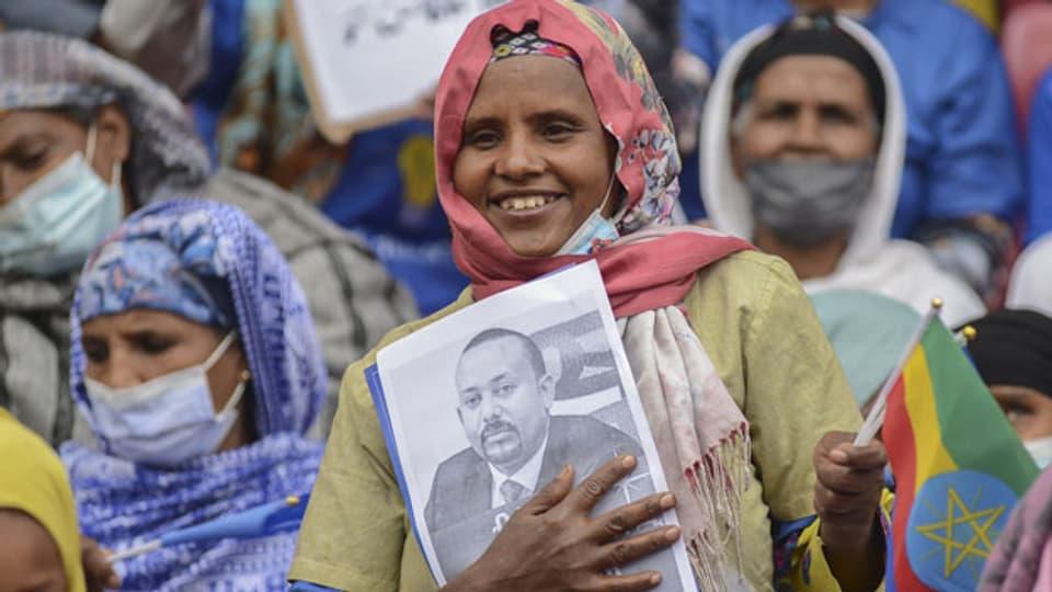 Eine Äthiopierin hält ein Bild des Premierministers Abiy Ahmed während der Wahlkampfkundgebung der Prosperity Party im Nationalstadion in Addis Abeba, Äthiopien, 15. Juni 2021.