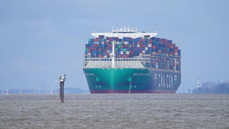 Das riesige Containerschiff ·CMA CGM Jacques Saade· der Reederei CMA CGM fährt auf der Elbe am Anleger Teufelsbrück vorbei in Richtung Hamburger Hafen. Symbolbild.