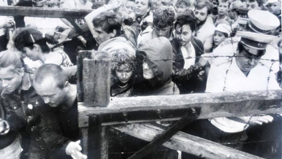 An der ungarisch-österreichischen Grenze flüchten Hunderte DDR-Bürgerinnen und -Bürger.
