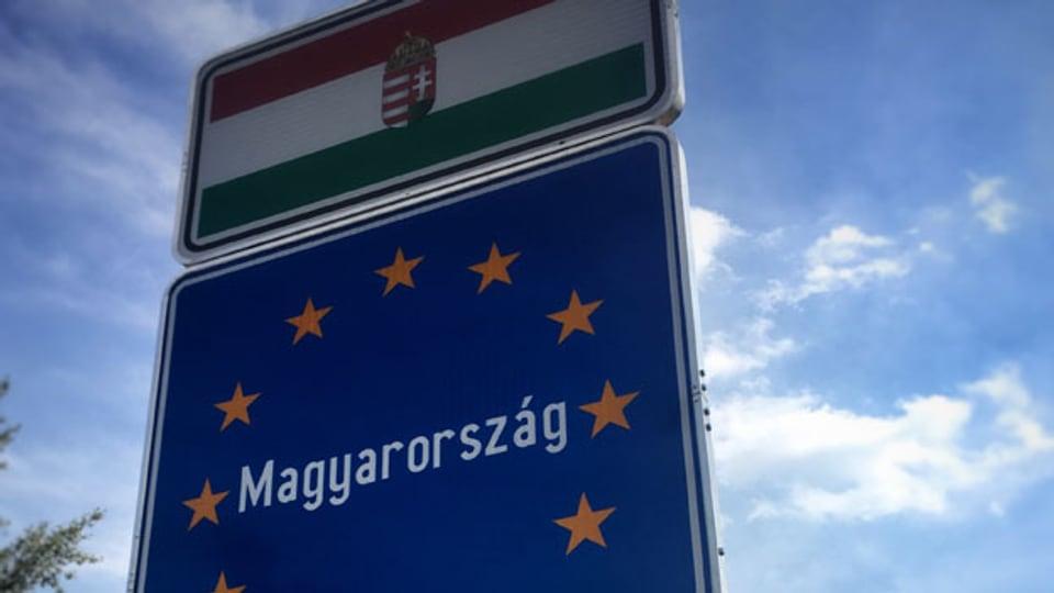 Das Grenzschild des Landes Ungarn.