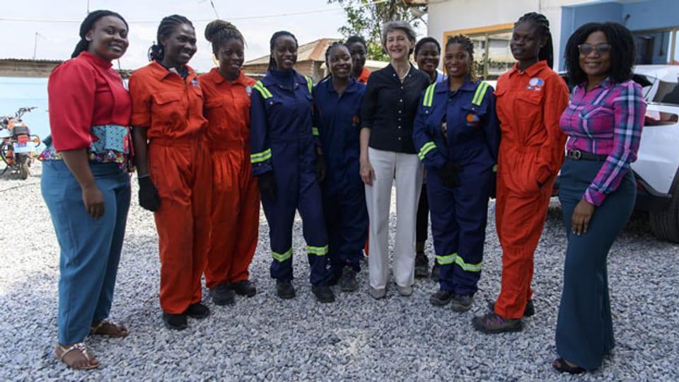 Die Schweizer Bundesrätin Simonetta Sommaruga posiert mit Arbeiterinnen von Solar Taxi während eines Arbeitsbesuchs in Accra, Ghana, am 8. Juli 2021.