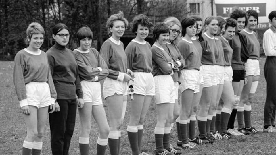 Fussballspielerinnen vom Damenfussballclub FC Zürich DFCZ, aufgenommen im Mai 1970.