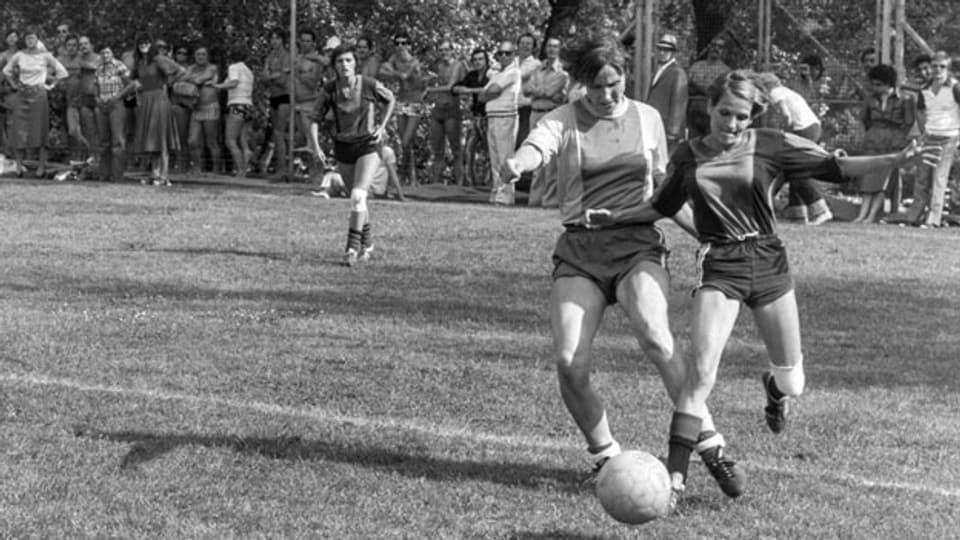 Zweikampf zwischen Trudy Streit vom SV Seebach (rechts) und der Sion-Spielerin Madeleine Boll im Juni 1976.