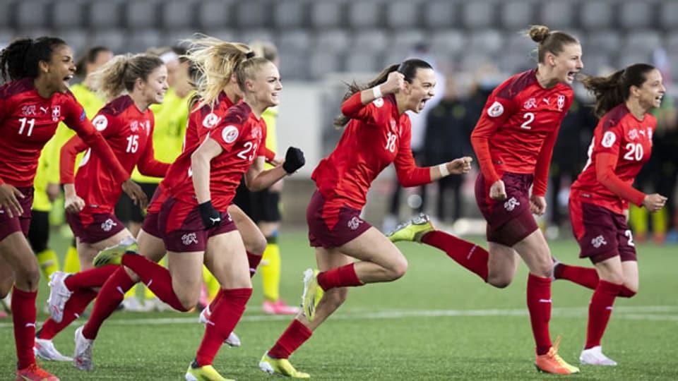 Spielerinnen der Schweizer Fussballnationalmannschaft feiern ihre Qualifikation für die Fussball-EM 2022.