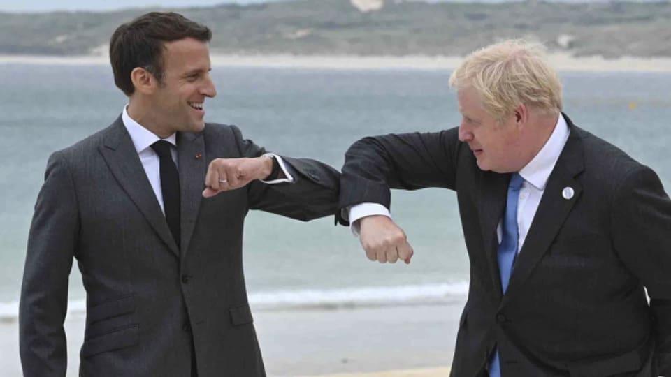 Beim G7-Gipfel vor rund einem Monat gaben sich Emmanuel Macron und Boris Johnson noch den Corona-Gruss. Inzwischen sind sie bei der Corona-Politik unterschiedlich unterwegs.