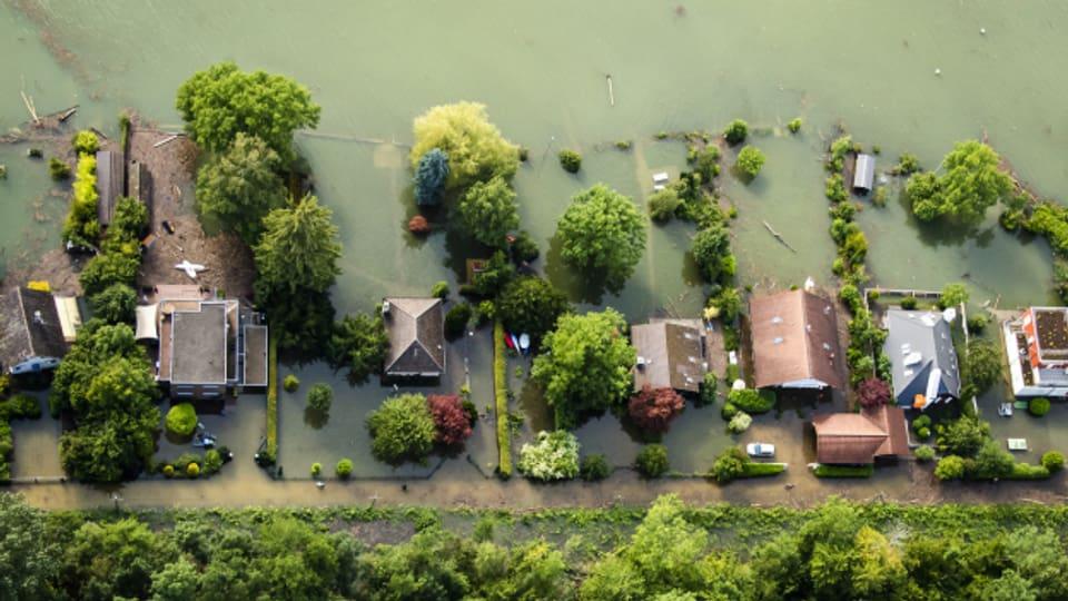Sicht von oben auf Häuser am Bielersee.