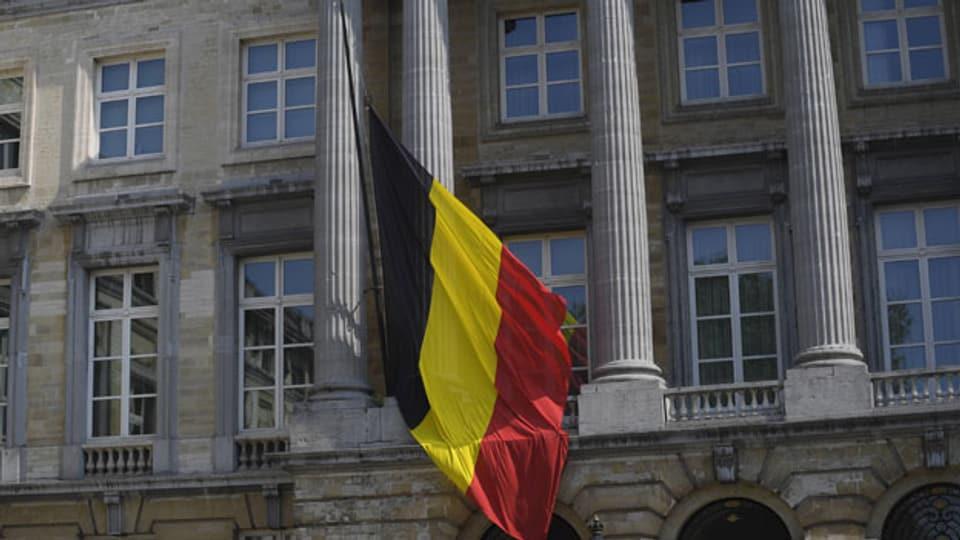 Flaggen auf Halbmast vor dem Parlament in Brüssel anlässlich des nationalen Trauertages für die Opfer der schweren Überschwemmungen, am 20. Juli 2021.