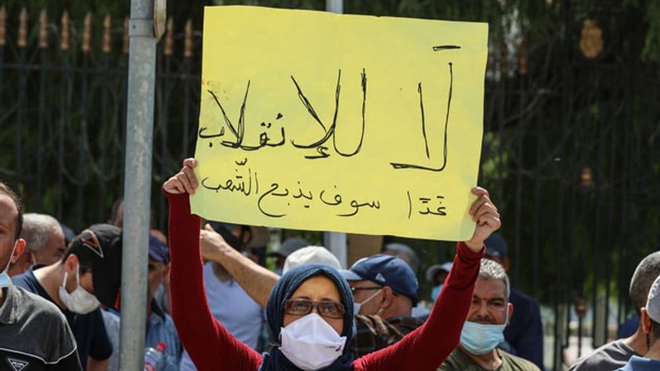 Tunesische Demonstrantin vor dem Parlamentsgebäude in der Hauptstadt Tunis.