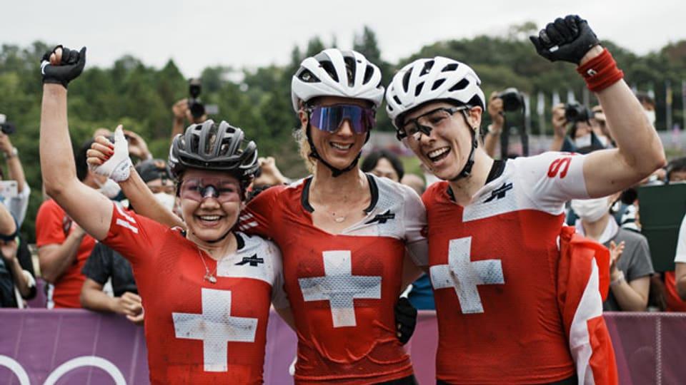 Die Schweizer Goldmedaillengewinnerin Jolanda Neff (Mitte), die Silbermedaillengewinnerin Sina Frei (links) und die Bronzemedaillengewinnerin Linda Indergand (19) am 27. Juli 2021, in Izu, Japan.