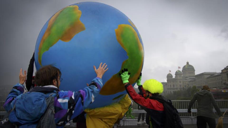 Klimaaktivisten protestieren mit einer aufblasbaren Weltkugel auf der Kirchenfeldbrücke in Bern. Symbolbild.