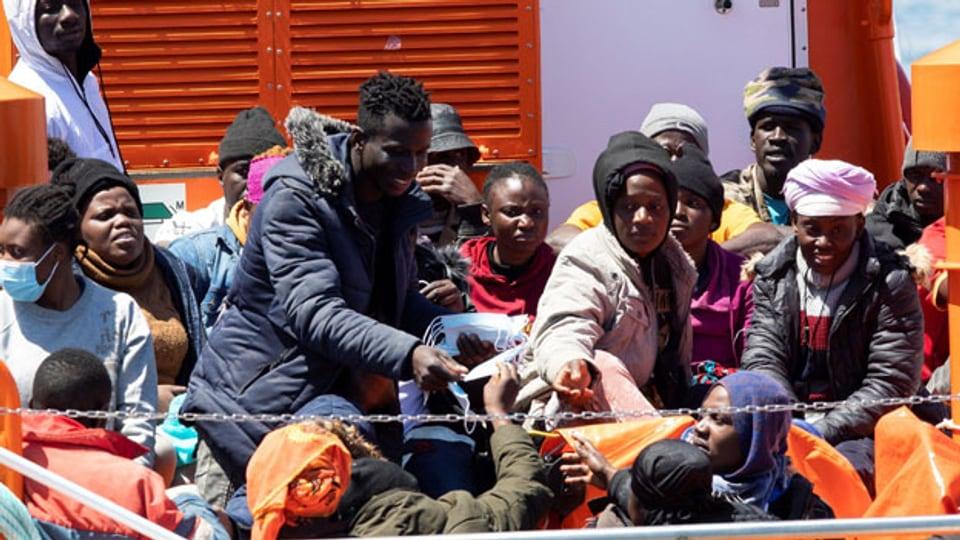 Symbolbild. Flüchtlinge auf einem Boot.