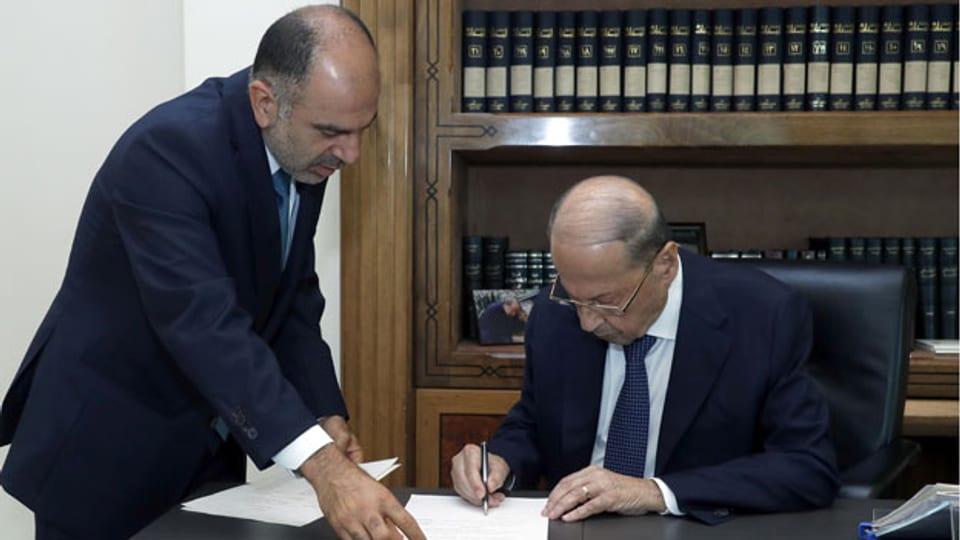 Der libanesische Präsident Michel Aoun unterzeichnet ein Dekret zur Bildung der neuen libanesischen Regierung im Präsidentenpalast in Baabda, Libanon, am 10. September 2021.