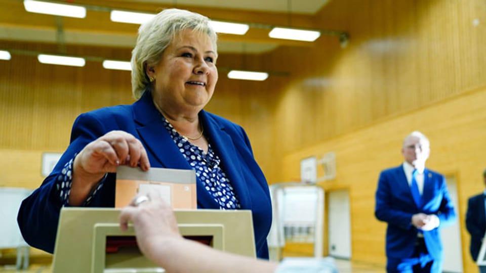 Die norwegische Premierministerin Erna Solberg gibt bei den Parlamentswahlen 2021 ihre Stimme ab.