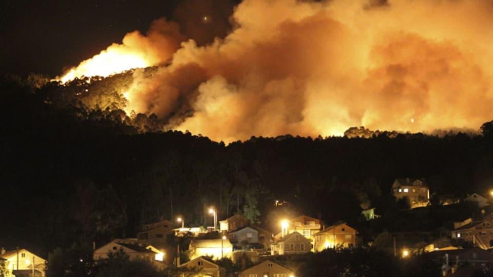 In Andalusien breiten sich die Waldbrände aus.