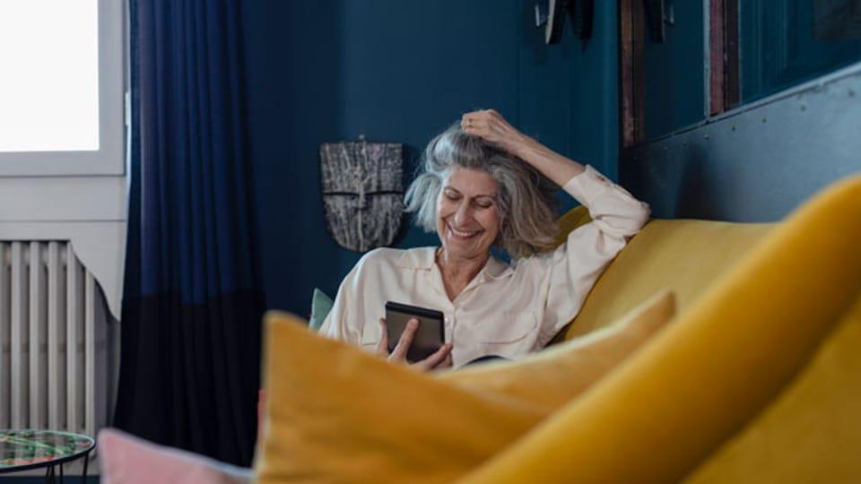 Eine Rentnerin beim Lesen. Symbolbild.