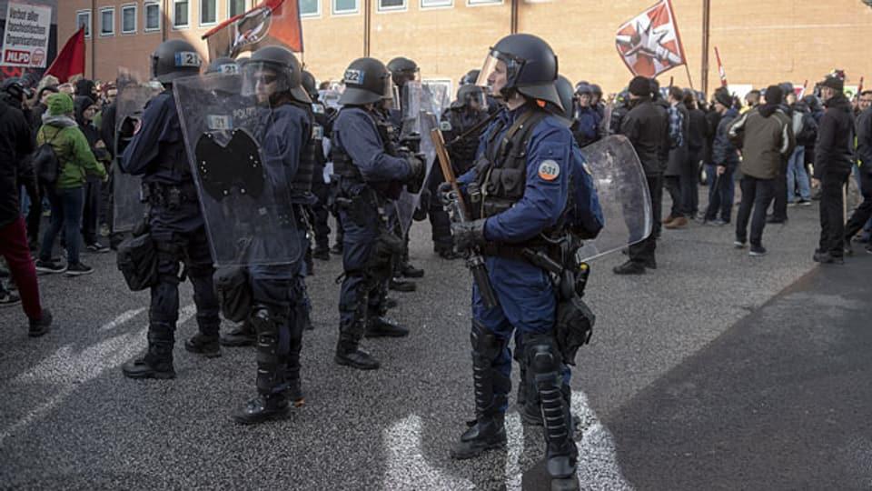 Die Polizei trennt Demonstranten in Basel, am 24. November 2018.