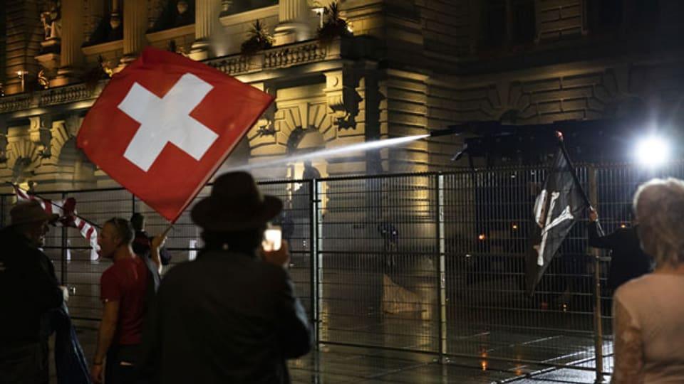 Die Polizei setzt den Wasserwerfer gegen die Demonstranten auf dem Bundesplatz ein, während einer Demonstration gegen die Massnahmen im Zusammenhang mit dem Coronavirus, am 16. September 2021 in Bern.