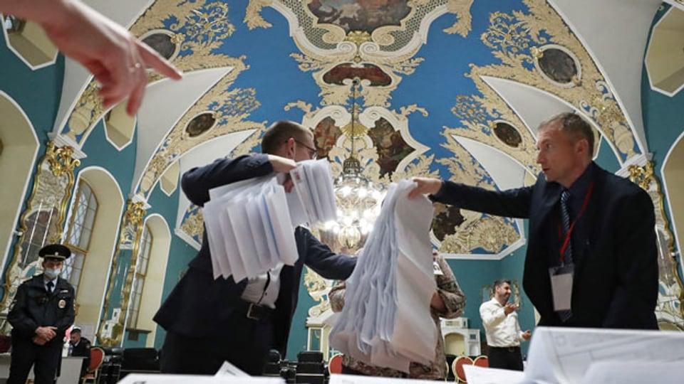 Mitglieder einer lokalen Wahlkommission zählen die Stimmzettel in einem Wahllokal im Kazansky-Bahnhof nach Schliessung der Wahllokale während der dreitägigen Parlamentswahlen in Moskau, Russland, 19. September 2021.