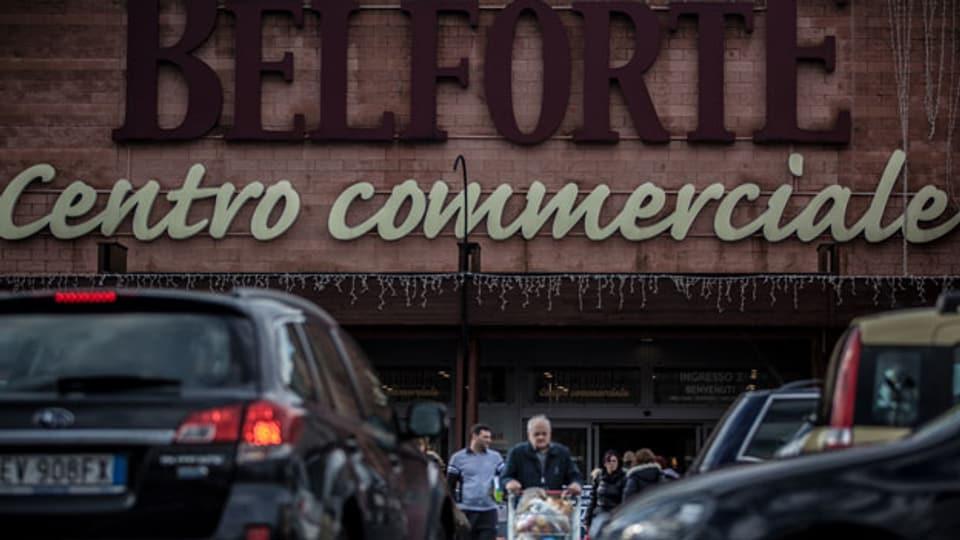 Einkaufstouristen kaufen im italienischen Supermarkt Belforte in Varese.