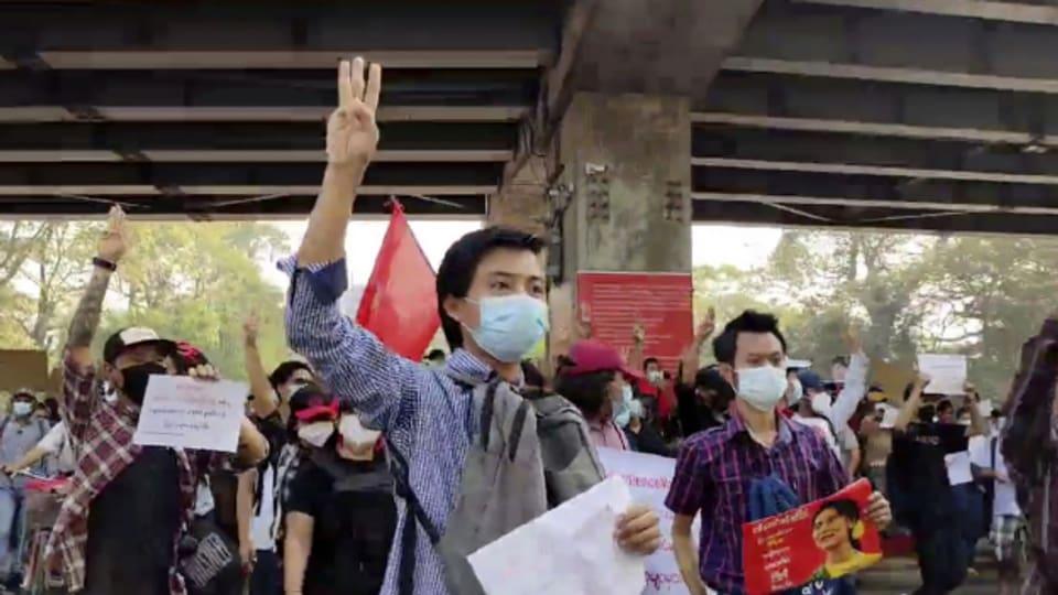 Eine dezentrale Organisation ohne klar identifizierbare Anführer und das Handzeichen als Symbol gegen den Autoritarismus, charakterisieren die Proteste in Burma.