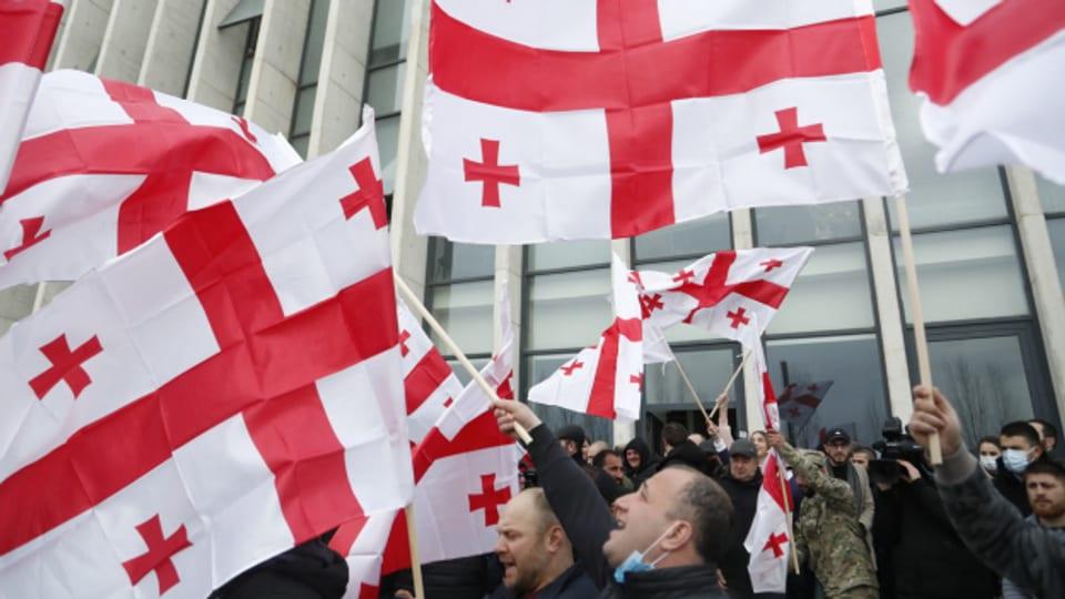 Protestierende in der georgischen Hauptstadt Tiflis werfen der Regierung Wahlmanipulation vor.