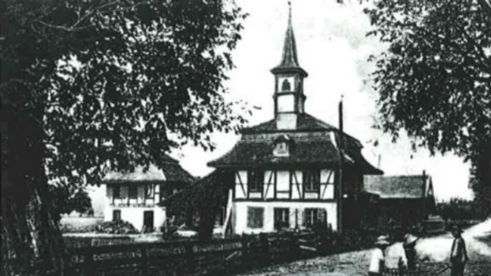 Die Käserei Kiesen (Gebäude auf der linken Seite) in einer Fotografie um 1900