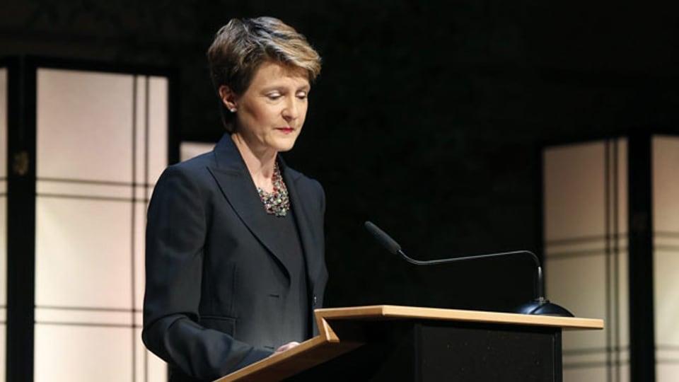 Bundesrätin Simonetta Sommaruga spricht beim Gedenkanlass für Opfer von fürsorgerischen Zwangsmassnahmen am Donnerstag, 11. April 2013 in Bern. Justizministerin Simonetta Sommaruga hat die Betroffenen im Namen des Bundesrates um Entschuldigung gebeten.