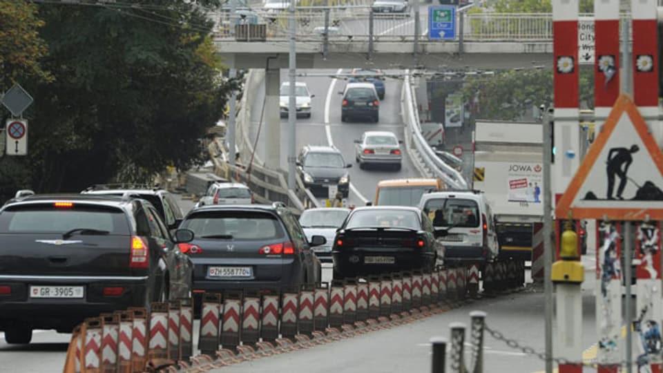 Der Verkehr schlängelt sich durch die Rosengartenstrasse und über die Hardbrücke.