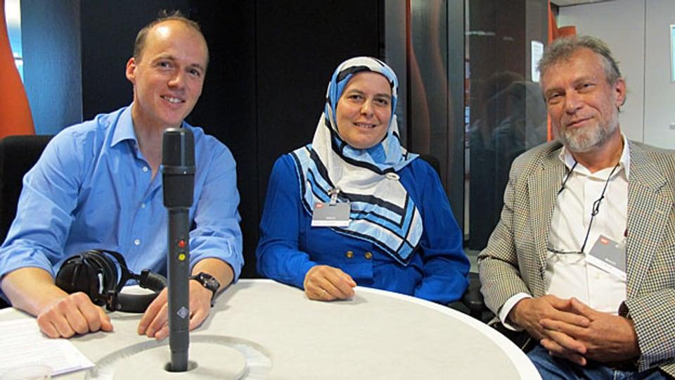 Tagesgesprächsleiter Klaus Ammann mit Belkis Osman und Mohammed Hanel im SRF-Radiostudio in Zürich.