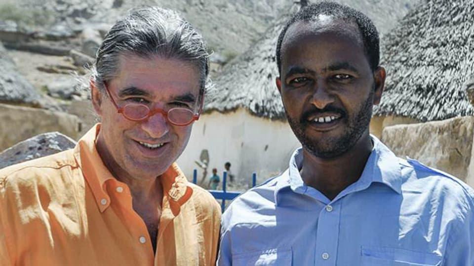 Der Arzt Toni Locher (links) und ein eritreischer Ingenieur für Wasserbau in einem traditionellen Dorf.