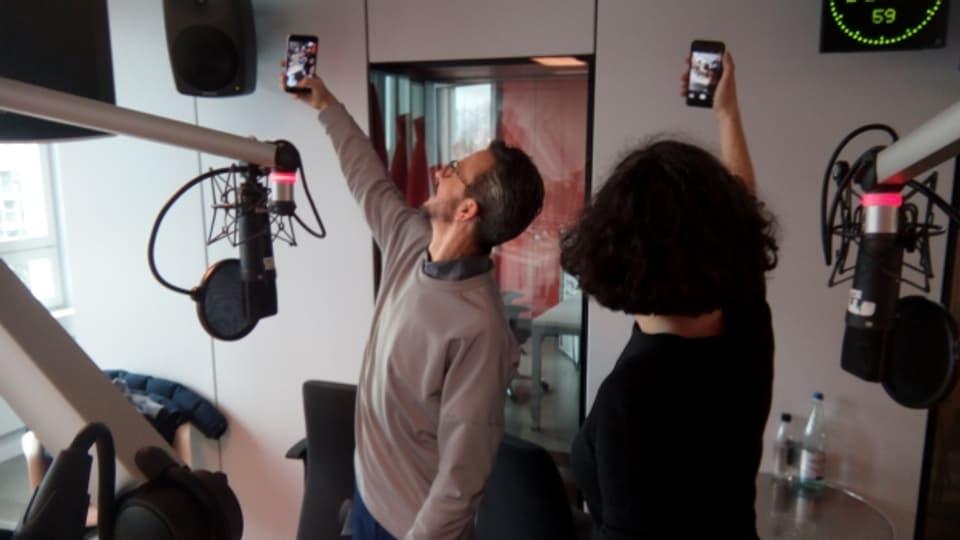 Social Media first - Alexandra Stark und Philipp Meier machen Selfies im Radiostudio.