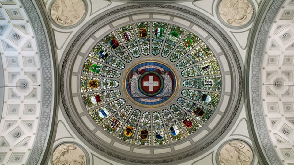Die Bundeshauskuppel mit den Kantonswappen der Schweiz.