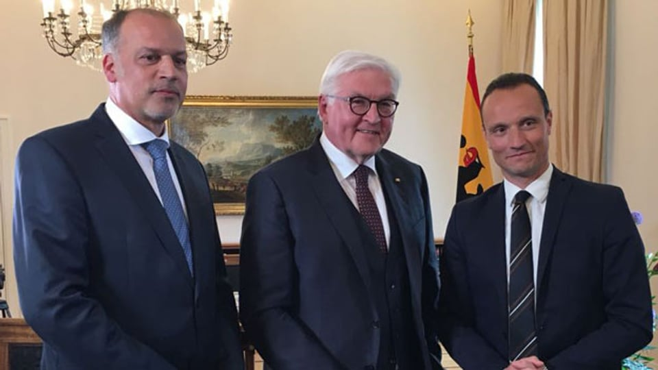 Der deutsche Bundespräsident Frank-Walter Steinmeier (Mitte) mit den Korrespondenten von Radio und Fernsehen SRF, Peter Voegeli (links) und Adrian Arnold.