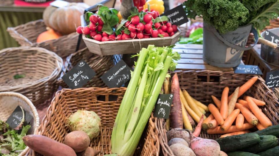 Frisches Gemüse in einem Bauernhofladen.